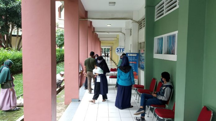 Suasana pengambilan bantuan sembako di depan Kantor STF UIN Jakarta. Terlihat beberapa mahasiswa menunggu giliran. Rabu, 6 Mei 2020.
